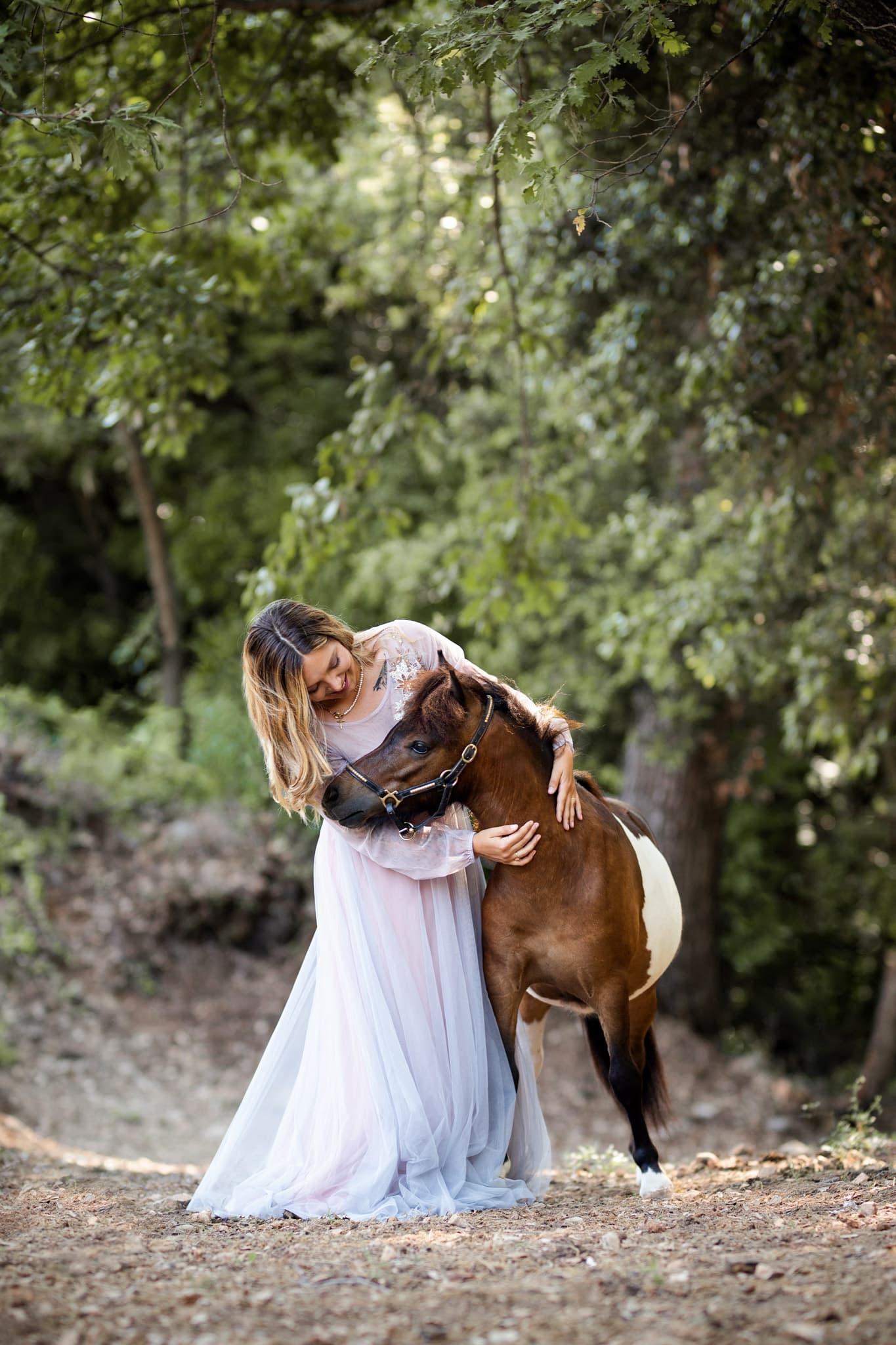 séance photo animalière avec un cheval dans les alpes maritimes